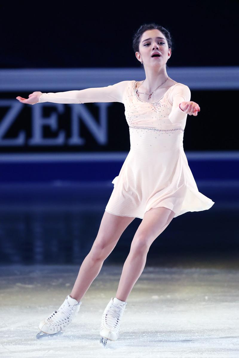 白いかわいい衣装のメドベージェワ