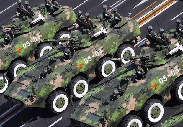 ▼鉄道輸送中の試製車両。左から一人用砲塔搭載の歩兵戦闘車型(のち輸出型... 日本周辺国の軍事兵